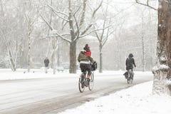 Mujer biking en una Amsterdam nevosa Vondelpark Fotografía de archivo