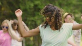 Mujer biracial joven en las gafas de sol que bailan en la demostración al aire libre del talento, divirtiéndose almacen de metraje de vídeo