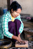 Mujer birmana que trabaja en una fábrica de laca Imagen de archivo