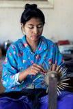 Mujer birmana que trabaja en una fábrica de laca Fotografía de archivo libre de regalías