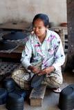 Mujer birmana que trabaja en una fábrica de laca Fotos de archivo libres de regalías