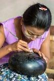Mujer birmana que trabaja en una fábrica de laca en Bagan, Myanmar Fotos de archivo libres de regalías