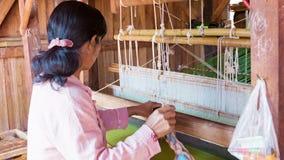 Mujer birmana que trabaja feliz en un telar metrajes