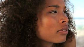 Mujer blackhaired pacífica que miente en la arena almacen de video