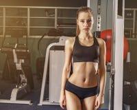 Mujer blanca atractiva de la aptitud en el gimnasio después del ejercicio Foto de archivo libre de regalías