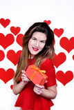 Mujer blanca con los labios rojos que dan un regalo en fondo en forma de corazón Día del `s de la tarjeta del día de San Valentín Fotos de archivo libres de regalías