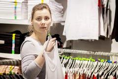 Mujer blanca joven en tienda de ropa elegante imagen de archivo libre de regalías