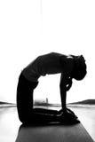 Mujer blanco y negro de la yoga de la silueta en actitud del camello Imagen de archivo libre de regalías