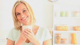 Mujer Blondhaired que goza del café metrajes