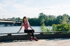 Mujer bonita al aire libre, parque, río del ajuste fotografía de archivo