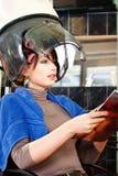 Mujer bonita bajo el secador de pelo del capo imagenes de archivo