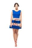 Mujer bonita blanda linda en vestido azul del verano que camina y que mira abajo Fotos de archivo