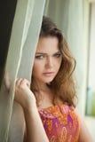 Mujer bonita cerca de la ventana Imagen de archivo