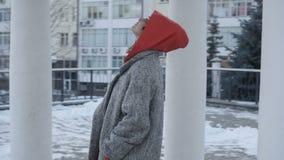 Mujer bonita cerca de los edificios altos almacen de metraje de vídeo