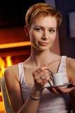 Mujer bonita con café Imágenes de archivo libres de regalías