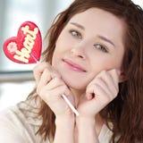 Mujer bonita con el corazón del caramelo Imágenes de archivo libres de regalías