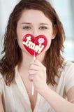Mujer bonita con el corazón del caramelo Foto de archivo libre de regalías