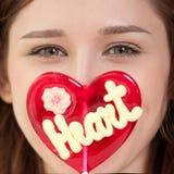 Mujer bonita con el corazón del caramelo Imagen de archivo libre de regalías