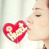Mujer bonita con el corazón del caramelo Fotografía de archivo libre de regalías