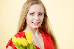 Mujer bonita con el manojo amarillo de los tulipanes Fotos de archivo