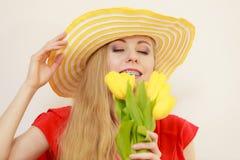 Mujer bonita con el manojo amarillo de los tulipanes Fotografía de archivo libre de regalías