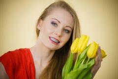 Mujer bonita con el manojo amarillo de los tulipanes Imágenes de archivo libres de regalías
