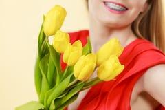 Mujer bonita con el manojo amarillo de los tulipanes Foto de archivo