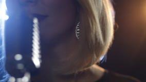 Mujer bonita con el mic almacen de metraje de vídeo