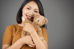 Mujer bonita con el oso de peluche fotografía de archivo