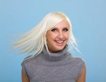 Mujer bonita con el pelo rubio del vuelo Foto de archivo libre de regalías