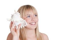 Mujer bonita con el seashell Imagen de archivo