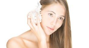 Mujer bonita con el seashell aislado en blanco. imagen de archivo
