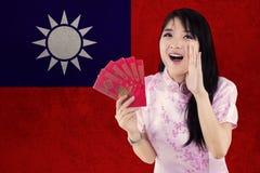 Mujer bonita con el sobre y la bandera de Taiwán Fotografía de archivo libre de regalías