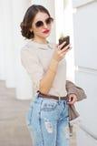 Mujer bonita con el teléfono a disposición Foto de archivo