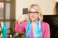 Mujer bonita con el teléfono elegante Fotos de archivo libres de regalías