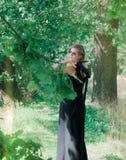 Mujer bonita con el vestido de noche imagenes de archivo