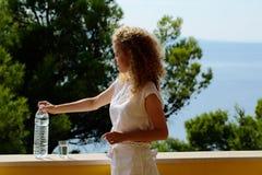 Mujer bonita con la botella de agua Fotos de archivo libres de regalías