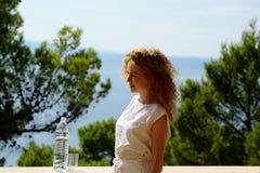 Mujer bonita con la botella de agua Imagen de archivo libre de regalías