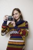 Mujer bonita con la cámara de la vendimia Fotos de archivo libres de regalías