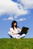 Mujer bonita con la computadora portátil fotografía de archivo