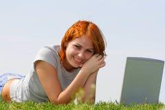 Mujer bonita con la computadora portátil Foto de archivo libre de regalías