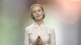 Mujer bonita con la expresión sospechosa de la cara almacen de metraje de vídeo