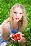 Mujer bonita con la fresa Foto de archivo