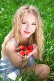 Mujer bonita con la fresa Foto de archivo libre de regalías