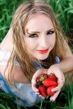 Mujer bonita con la fresa Fotografía de archivo