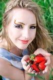 Mujer bonita con la fresa Fotografía de archivo libre de regalías
