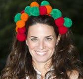 Mujer bonita con la materia de lujo en su cabeza Imagenes de archivo