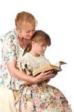 Mujer bonita con la nieta y la biblia fotografía de archivo