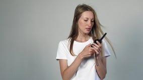 Mujer bonita con la radio CB almacen de video