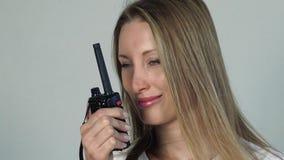 Mujer bonita con la radio CB almacen de metraje de vídeo